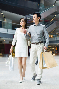 Couple shopping in mallの写真素材 [FYI02214211]