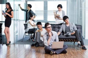 Office workers pondering over thorny problemsの写真素材 [FYI02214218]