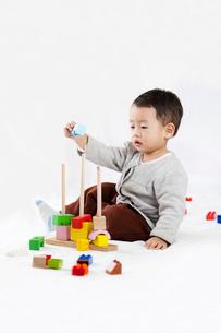 Cute little boy piling up building blocksの写真素材 [FYI02214233]