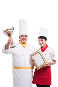 Cooks with trophy and certificateの写真素材 [FYI02214244]