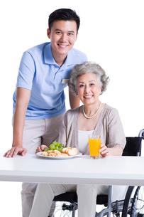 Disabled senior woman having breakfast in nursing homeの写真素材 [FYI02214283]
