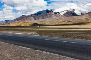 Road going through the mountains, Qinghai Provinceの写真素材 [FYI02214291]