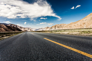 Road going through the mountains, Qinghai Provinceの写真素材 [FYI02214305]