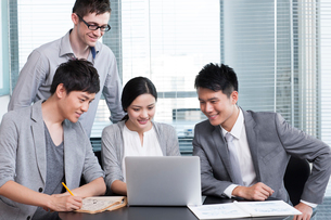 Young office workers using laptopの写真素材 [FYI02214311]