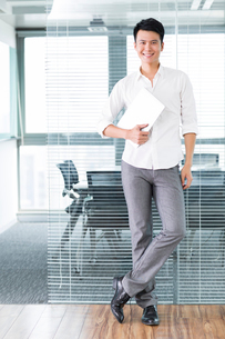 Young man with digital tablet in officeの写真素材 [FYI02214319]