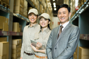 Young logistics team in warehouseの写真素材 [FYI02214328]