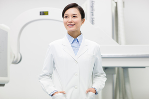 Doctor with x-ray equipmentの写真素材 [FYI02214384]