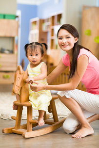 Little girl on toy rocking horseの写真素材 [FYI02214401]
