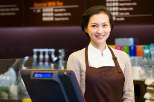 Portrait of coffee store waitressの写真素材 [FYI02214438]