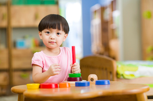 Cute girl playing with toys at homeの写真素材 [FYI02214450]