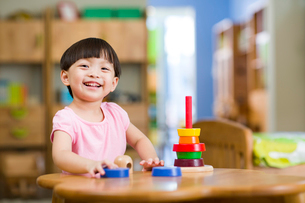 Cute girl playing with toys at homeの写真素材 [FYI02214470]
