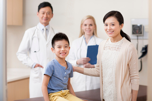 Boy and mother with doctors in children's hospitalの写真素材 [FYI02214497]