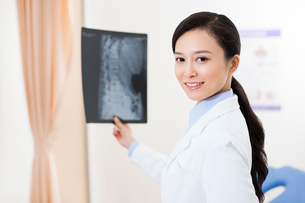 Doctor with x-ray imageの写真素材 [FYI02214500]
