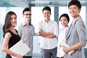 Confident business colleagues in the officeの写真素材 [FYI02214502]