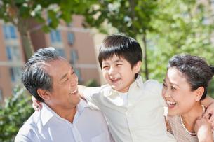Amused grandparents and grandsonの写真素材 [FYI02214508]