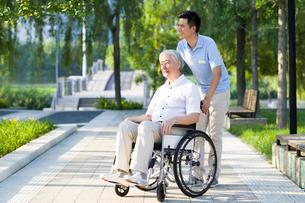 Wheelchair bound man with nursing assistantの写真素材 [FYI02214519]