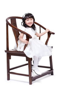 Cute girl sitting in chairの写真素材 [FYI02214530]
