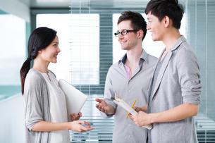 Business colleagues in conversationの写真素材 [FYI02214531]