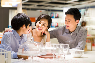 Cheerful family face to face talkingの写真素材 [FYI02214539]