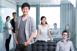 Happy office workers in the companyの写真素材 [FYI02214558]