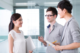 Business colleagues in conversationの写真素材 [FYI02214567]