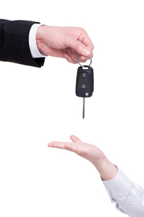Adult giving car key to childの写真素材 [FYI02214576]