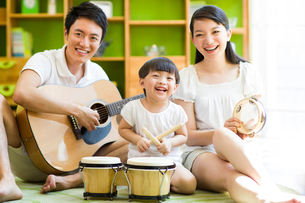 Young family playing musical instrumentsの写真素材 [FYI02214585]
