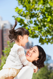 Gentle mother holding daughter in armsの写真素材 [FYI02214586]