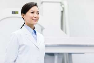 Doctor with x-ray equipmentの写真素材 [FYI02214587]