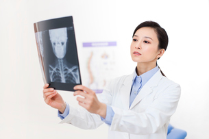 Doctor with x-ray imageの写真素材 [FYI02214589]