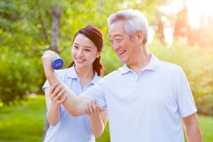 Senior man exercising with dumbbell in nursing homeの写真素材 [FYI02214592]