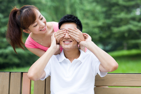 Young woman covering man's eyesの写真素材 [FYI02214594]