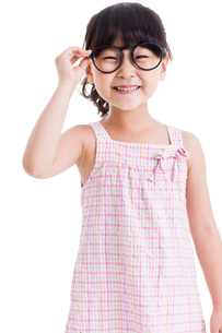 Cute little girl with glassesの写真素材 [FYI02214597]