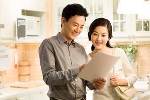 Happy couple reading instructionsの写真素材 [FYI02214602]