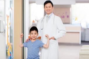 Happy doctor and boy in children's hospitalの写真素材 [FYI02214606]