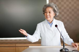 Senior female doctor giving a speechの写真素材 [FYI02214610]