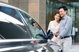 Happy couple with a new carの写真素材 [FYI02214615]