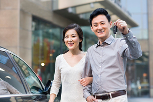 Happy couple showing car keyの写真素材 [FYI02214628]