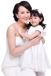 Cheerful mother and cute girlの写真素材 [FYI02214654]