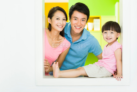 Happy young familyの写真素材 [FYI02214686]