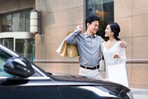Cheerful couple shoppingの写真素材 [FYI02214688]