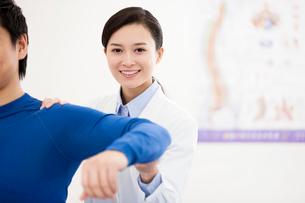 Female doctor examining patientの写真素材 [FYI02214693]