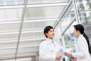Doctors in discussionの写真素材 [FYI02214694]
