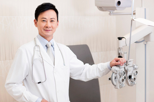 Doctor and medical equipment for eyes checkingの写真素材 [FYI02214698]