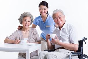 Seniors having a coffee break with nursing assistantの写真素材 [FYI02214699]