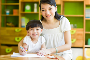 Mother and daughter practicing drawingの写真素材 [FYI02214703]