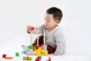 Cute little boy piling up building blocksの写真素材 [FYI02214707]