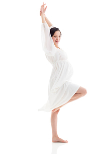 Young pregnant woman dancingの写真素材 [FYI02214722]
