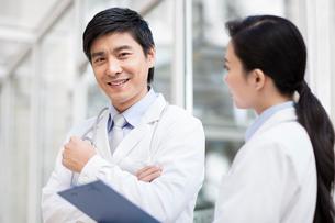 Happy doctors smilingの写真素材 [FYI02214729]