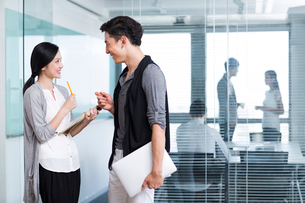 Business people talking in the officeの写真素材 [FYI02214737]